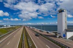 Väg på den Afsluitdijk fördämningen i Nederländerna Arkivbild