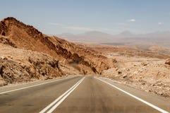 Väg på den Atacama öknen, Chile Royaltyfri Bild