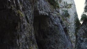 Väg på den berömda romanian kanjonen Cheile Bicazului lager videofilmer