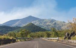 Väg på den södra sidan av Mount Etna Arkivbilder
