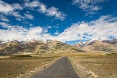 Väg på den Zanskar dalen runt om Padum villange Royaltyfria Foton
