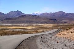 Väg på denBolivia gränsen, Lauca nationalpark, Chile Arkivfoton
