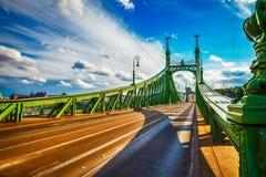 Väg på frihetsbron i budapest royaltyfria bilder