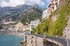 Väg på klippan i den Amalfi staden Arkivfoto