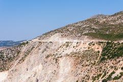 Väg på klippan till den Assos byn, Kefalonia ö Royaltyfri Fotografi