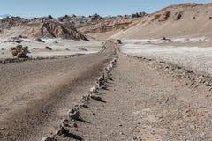 Väg på Valle de la Luna Moon Valley i den Atacama öknen nära San Pedro de Atacama, Antofagasta - Chile Royaltyfria Bilder