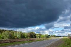 Väg-, skog- och stormmoln Royaltyfri Fotografi