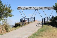 Väg som är stigande till kullen var det finns en gazebo Fotografering för Bildbyråer