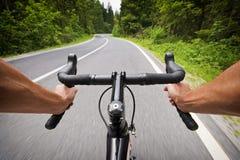 Väg som cyklar begreppsmaterielfotoet med händer fotografering för bildbyråer