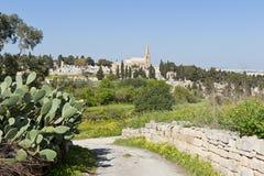Väg som för till kyrkogården i Malta Royaltyfria Bilder