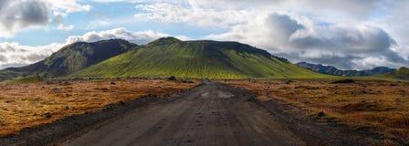 Väg som gör grön vulkan, Landmannalaugar, Island Arkivfoton