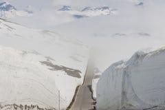 Väg som högt passerar i Norge Arkivfoton