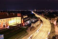 Väg som korsar Vistulaen på natten. Warsaw. Polen Royaltyfri Fotografi