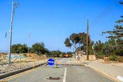 Väg som leder från den grekiska delen till FN-buffertzonen, Cypern Fotografering för Bildbyråer