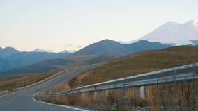 Väg som leder till bergen lager videofilmer