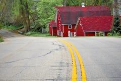 Väg som leder till den röda ladugården i Wisconsin bygd arkivfoton