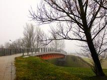 Väg som leder till en liten bro Arkivfoton