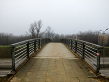 Väg som leder till en liten bro Royaltyfri Fotografi
