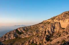 Väg som leder till udde Formentor i bergen av ön av Mallorca, Spanien Royaltyfri Foto