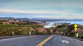 Väg som ner leder till Dana Point Harbor Arkivfoto