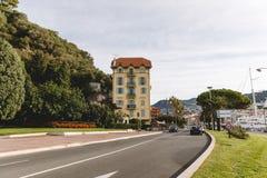 väg som skriver in på den traditionella lilla europeiska staden Royaltyfria Foton