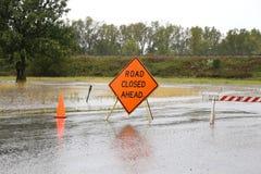 Väg stängd teckenvarning av den regn översvämmade vägen Royaltyfri Foto