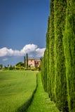 Väg till agritourism i Tuscany med cypressar Royaltyfria Foton