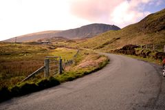 Väg till Applecross i Inverness, Skottland fotografering för bildbyråer