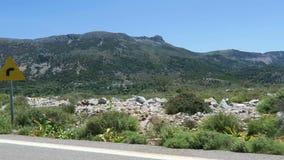 Väg till bergbyn Krasi på Kreta /Greece Körning längs en väg med olivträd åt sidan lager videofilmer