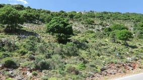 Väg till bergbyn Krasi på Kreta /Greece Körning längs en väg med sikt över fjärden av Malia stock video