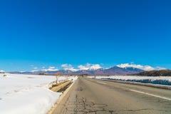 Väg till berget i vintern (Japan) Fotografering för Bildbyråer