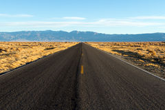 Väg till Death Valley Royaltyfria Foton