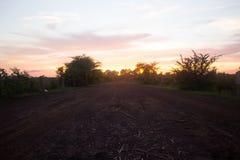 Väg till den dramatiska solnedgången Arkivfoton