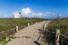 Väg till den Fort Pierce stranden Arkivbilder