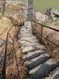 Väg till den hängande bron över floden royaltyfri foto