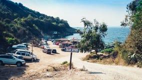 Väg till den Manastir stranden, Ksamil, Saranda, Albanien, alban Riviera, bilparkering royaltyfri foto