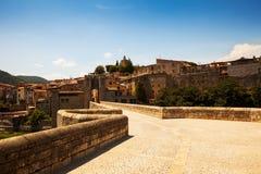 Väg till den medeltida staden Besalu Fotografering för Bildbyråer