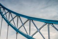 Väg till den nästa banken - blå detalj av bron Royaltyfria Foton