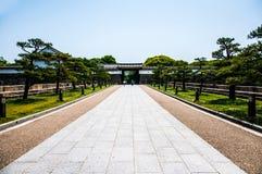 Väg till den Osaka slotten Japan Royaltyfri Bild