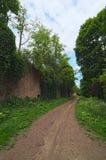 Väg till det övergav Tarakaniv fortet Arkitektonisk monument av det 19th århundradet Molnig dag för sommar Rivne oblast, Ukraina Royaltyfria Bilder