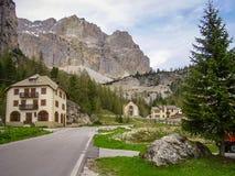Väg till det Falzarego bergpasserandet i dolomitesna, Italien royaltyfria bilder
