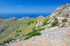 Väg till det Formentor kulletornet Arkivfoton