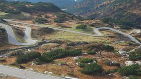 Väg till det San Bernardino bergpasserandet i Schweiz Sikten av berget böjer att skapa härliga former lager videofilmer