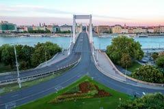Väg till Elizabeth Bridge i den Budapest Ungern Arkivbild