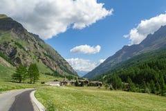 Väg till en liten alpin by arkivfoton