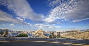 Väg till glaciärpunkt i den Yosemite nationalparken Arkivbilder