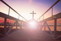 Väg till korset för kristen för šsilhouette för himmelconceptï¼ på bro- och apelsinhimmel med belysning arkivbild