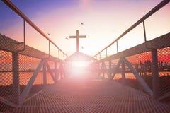 Väg till korset för kristen för šsilhouette för himmelconceptï¼ på bro- och apelsinhimmel med belysning fotografering för bildbyråer