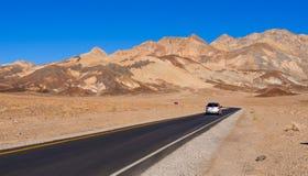 Väg till och med öknen av Death Valley i Kalifornien - DEATH VALLEY - KALIFORNIEN - OKTOBER 23, 2017 Royaltyfri Bild