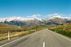 Väg till och med berg, New Zealand Arkivbild